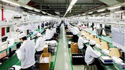 Một dây chuyền tại Foxconn, nhà máy sản xuất iPhone cho Apple. Ảnh: Wired.