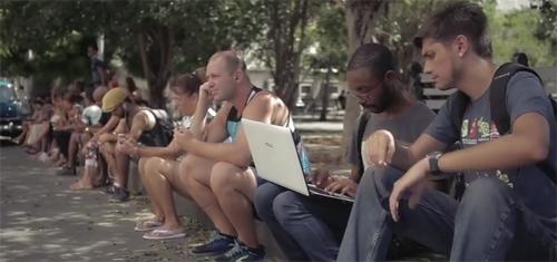 Các điểm truy cập WiFi công cộng tại Cuba luôn dễ tìm ra bởi có hàng chục người ngồi thành hàng trước cửa.