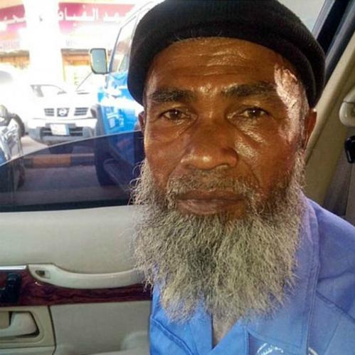 Giờ Abdul Karim đã có thể về quê thăm gia đình với nhiều tiền, vàng và hai chiếc smartphone đời mới.