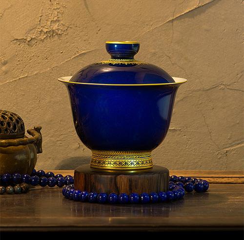 Hãy nhìn vào chiếc chung trà tuyệt đẹp này: một tuyệt tác của nghệ thuật sơn mài, giá trị lịch sử 500 năm tuổi, khổ luyện dưới nhiệt độ 1300°C, lớp men màu xanh long lanh kết hợp cùng những họa tiết viền vàng tinh xảo, gợi cảm giác của bậc vương quyền ngày xừa.