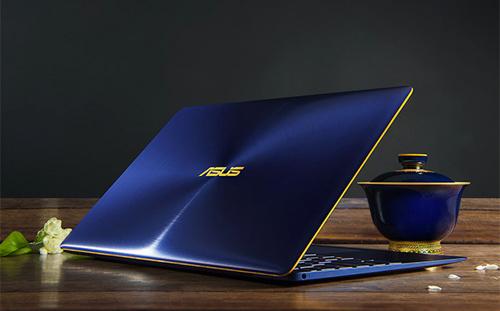 ZenBook 3 toát lên vẻ đẹp cổ điển nhưng vẫn đầy mới mẻ với các phiên bản của Xanh hoàng gia, Vàng hồng, Xám thạch anh, kết hợp chi tiết viền vàng lấp lánh, ảnh hưởng thiên hướng thiết kế Á Đông, đưa đến bạn một tác phẩm nghệ thuật đích thực để cảm nghiệm, ấn tượng.