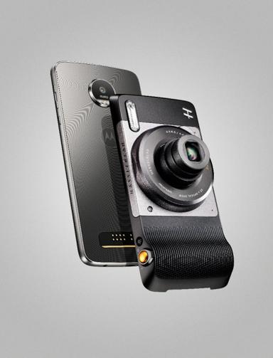 Moto Z có thể biến hóa thành camera chuyên nghiệp zoom 10x chỉ trong vài giây sau khi gắn thêm Moto Mod Hasselblad True Zoom.