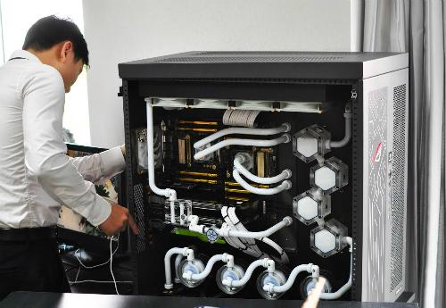 Chiếc PC trị giá 700 triệu đang được lắp đặt tại nhà vị đại gia.