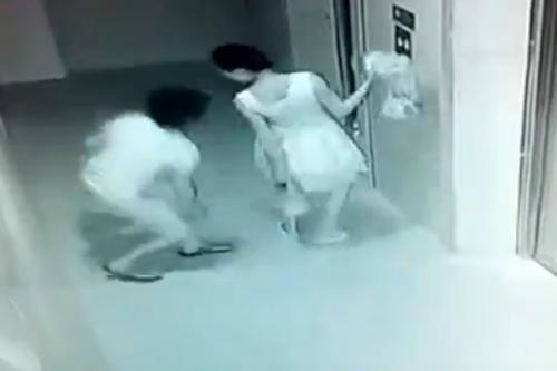 Thiếu nữ bị sàm sỡ khi đợi thang máy