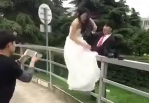 Cô dâu ngã đau khi mạo hiểm đi trên hàng rào
