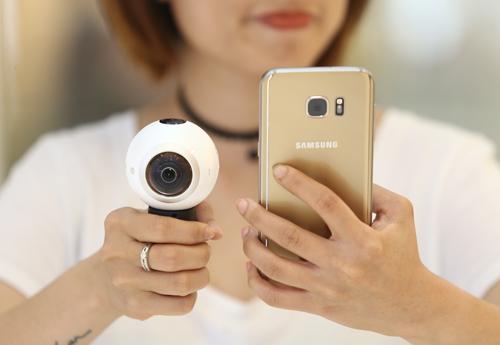 Được thiết kế để thích nghi với mọi hoàn cảnh, Samsung Gear 360 với ống kính có khẩu độ f2.0 giúp người dùng chụp ảnh hoặc quay phim với chất lượng cao ngay cả trong điều kiện ánh sáng yếu.