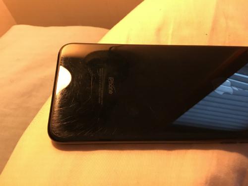 Chiếc iPhone 7 Jet Black trông khá tệ sau 3 tháng sử dụng.
