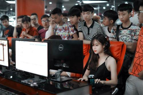 Quán game ngày Tết thường đông nghịt người chơi và đứng xếp hàng chờ máy trống.