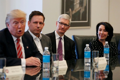 Peter Thiel ngồi giữa Donald Trump và Apple CEO Tim Cook