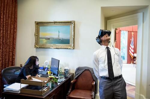 Tổng thống Barack Obama sử dụng thiết bị thực tế ảo trong Phòng Bầu dục.