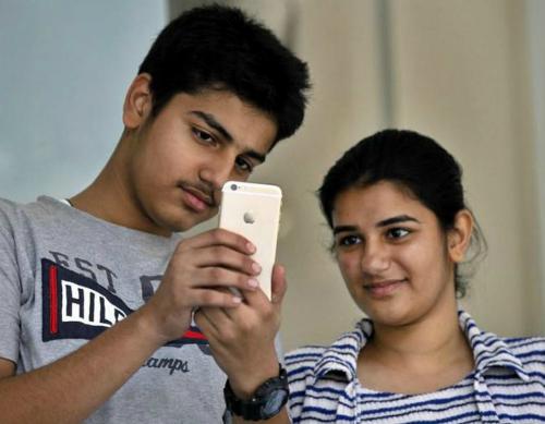 Fan Apple chụp ảnh trong sự kiện ra mắt iPhone 6 và iPhone 6 Plus ở New Delhi. Ảnh: Indiatimes.