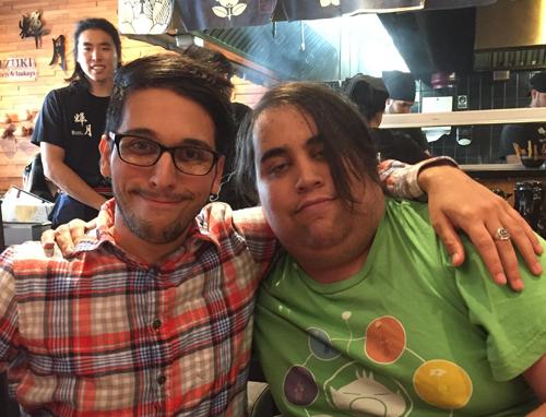 Gabe (phải) và anh trai mình, người đã chia sẻ câu chuyện lên mạng xã hội để nhờ sự trợ giúp.