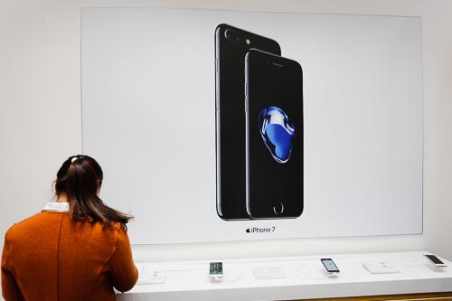 Giá iPhone 7 và 7 Plus giảm nhẹ một vài trăm nghìn đồng.