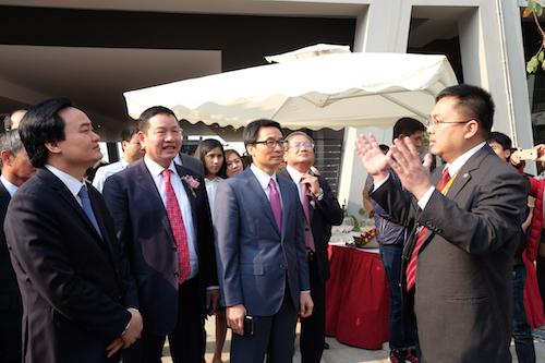 Ông Hoàng Nam Tiến, Chủ tịch FPT Software, giới thiệu về F-Ville 2 với Phó Thủ tướng.