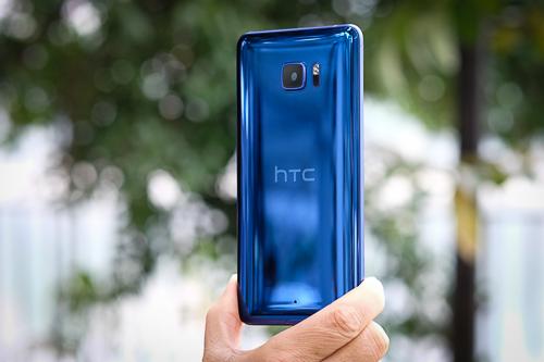 bo-doi-smartphone-htc-u-ra-mat-thi-truong-viet-nam-1