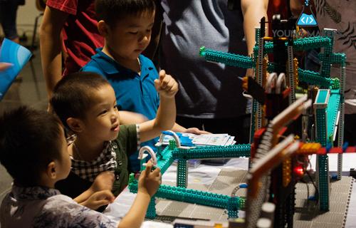 Trẻ em bắt đầu làm quen với những ý tưởng sáng chế cơ bản hư robot bóng chuyền, xe lau nhà, robot hình nhện vận chuyển hàng, thùng rác, dây phơi gắn cảm biến&