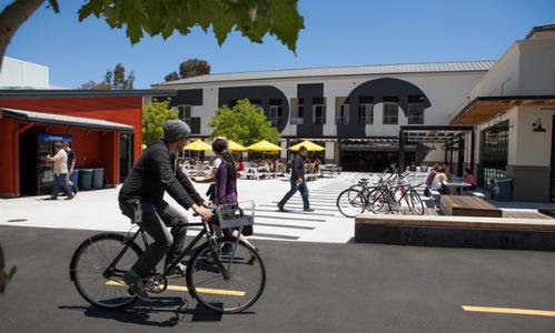 Mọi người đạp xe và đi dạo qua khuôn viên chính của Facebook tại Menlo Park, California. Ảnh: Getty Images