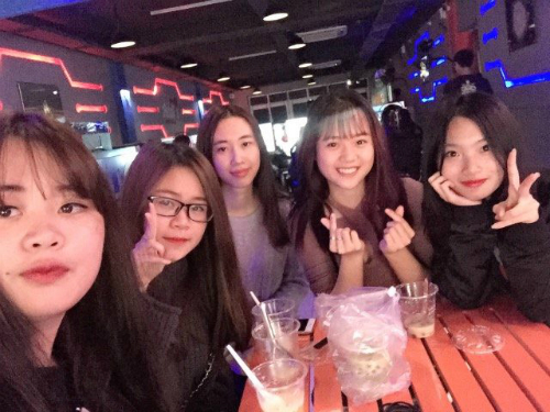 5 thành viên của Renga , đội vô địch giải đấu game dành cho nữ.