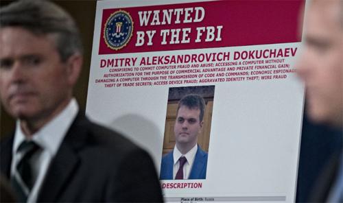 Ảnh truy nã Dmitry Dokuchaev được Bộ Tư pháp Mỹ đặt trong buổi họp báo ngày 15/3.