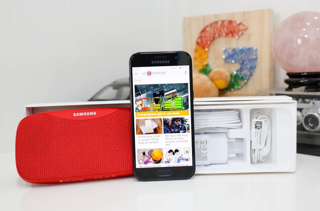 Samsung <a href='http://www.vietgiaitri.com/tag/galaxy-a3/' title='Galaxy A3' target='_blank'>Galaxy A3</a> 2017 - <a href='http://www.vietgiaitri.com/tag/smartphone/' title='smartphone' target='_blank'>smartphone</a> chống nước giá tốt