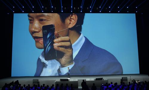 Lei Jun, CEO của Xiaomi, giới thiệu Mi 6.