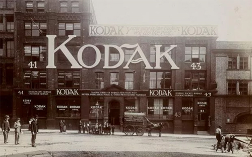 Kodak thờ ơ với máy ảnh số: Khi một kỹ sư trình bày ý tưởng về máy ảnh không dùng phim vào năm 1975, ban lãnh đạo Kodak đã cười lớn. Năm 2012, hãng này tuyên bố phá sản do không kịp thích nghi với kỷ nguyên kỹ thuật số.