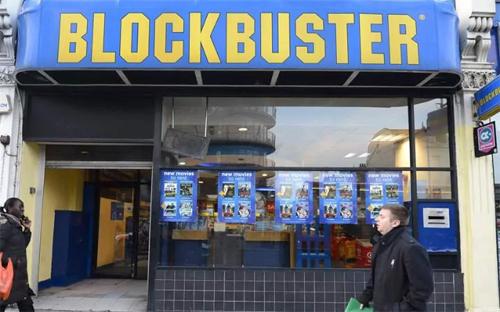 Blockbuster từ chối Netflix: Từ năm 2000, công ty Reed Hastings đã gặp Blockbuster (công ty cho thuê DVD và video trò chơi đình đám thời đó) để chào bán Netflix với giá 50 triệu USD nhưng bị từ chối. Ngày nay, thương hiệu Blockbuster đã biến mất trên thị trường và chính Netflix góp phần khiến DVD trở nên lỗi thời.