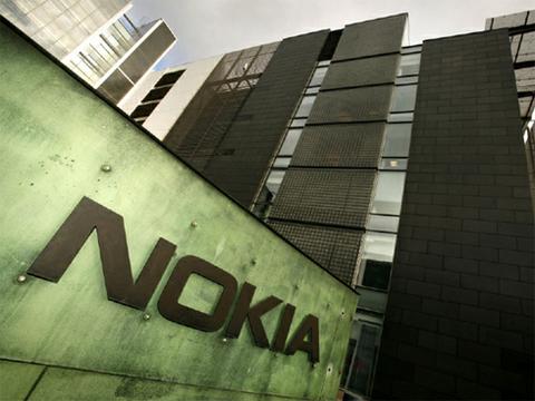 Nokia chọn sai nền tảng tiếp theo: Có quá nhiều sai lầm dẫn đến kết cục bị mua đi bán lại của Nokia những năm qua. Từng là ông hoàng trong thế giới di động, hãng Phần Lan ban đầu không sớm nhận ra mối đe dọa từ Apple iPhone, một phần doHọ chủ quan một phần vì mức giá 500 USD của iPhone cách đây nửa thập kỷ là khá đắt,