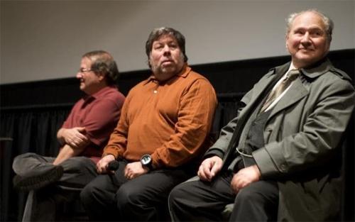 Đồng sáng lập rời bỏ Apple: Bạn có biết ngoài Steve Jobs và Steve Wozniak, Apple còn một đồng sáng lập thứ ba là Ron Wayne? Wayne (bìa phải) đã bán 10% cổ phiếu của ông để lấy 1.500 USD vào năm 1976. Nếu giữ lại, hiện số cổ phiếu đó có giá hơn 50 tỷ USD.