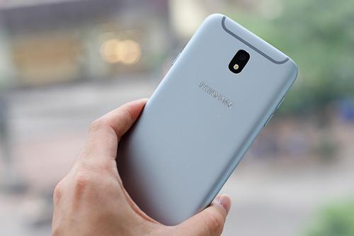 Không thay đổi quá nhiều, nhưng thiết kế là một trong những nâng cấp đáng tiền ở Galaxy J7 Pro so với J7 Prime.