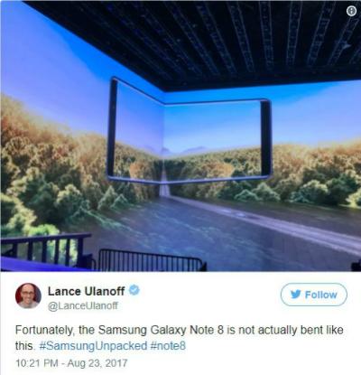 May mắn thay, Samsung Galaxy Note 8 không thực sự cong như thế này, Lance Ulanoff, biên tập viên của Mashable bình luân.
