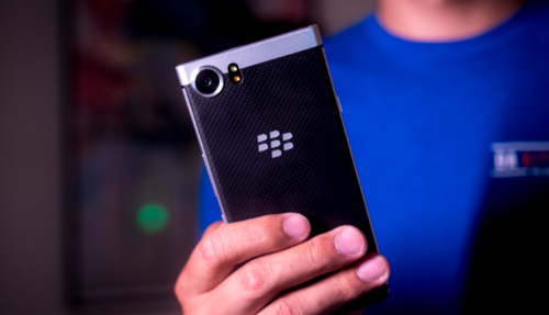 smartphone-blackberry-chong-nuoc-dau-tien-sap-ra-mat