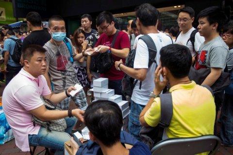 Một chợ đen ngay tại đường phố Hong Kong trong ngày đầu bán iPhone 6 ở Hong Kong. Ảnh: Reuters.