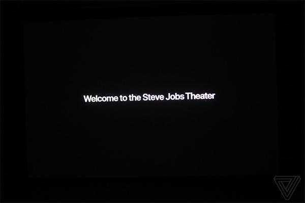 Dòng chữ chào mừng khách mời đến với nhà hát mang tên Steve Jobs.