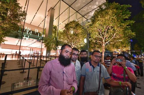 Amin Ahmed Dholiya là người đầu tiên mua được iPhone 8 tại Apple Store ở Singapore.