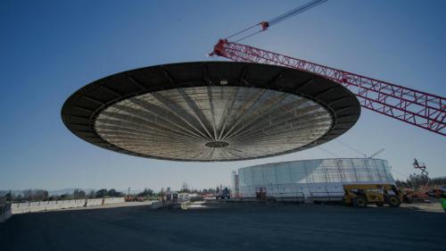 Mái nhà bằng sợi carbon của Steve Jobs Theater.