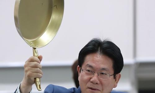 Chính trị gia Hàn mang chảo ra để nói chuyện game