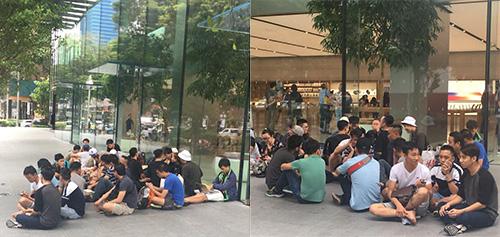 Nhóm người xếp hàng từ trước 4 ngày Apple Store Singapore mở bán iPhone X.