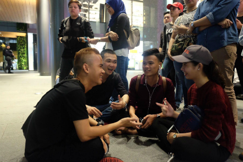 Nhiều người Việt có mặt ở Singapore đề tìm cách mua được iPhone X, do Việt Nam không nằm trong số thị trường được Apple mở bán đợt đầu.