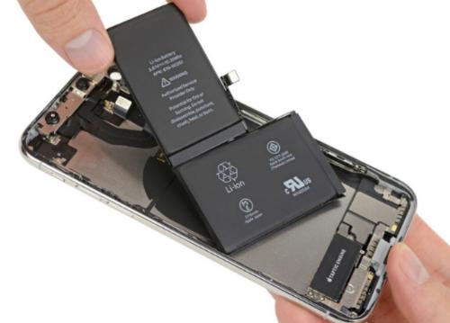 iPhone X được thiết kế với pin lớn kiểu chữ L được ghép lại từ hai pin nhỏ.