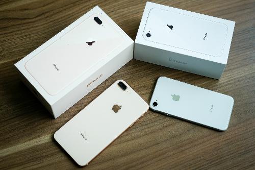 Cơn sốt iPhone X khiến giá iPhone 8 và 8 Plus giảm và việc máy lên kệ chính hãng không gây nhiều chú ý.
