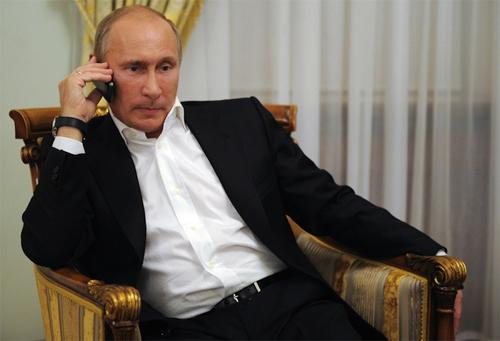 Tổng thống Nga Putin gọi điện khi đang xem TV tại Novo-Ogarevo (Nga) năm 2012.