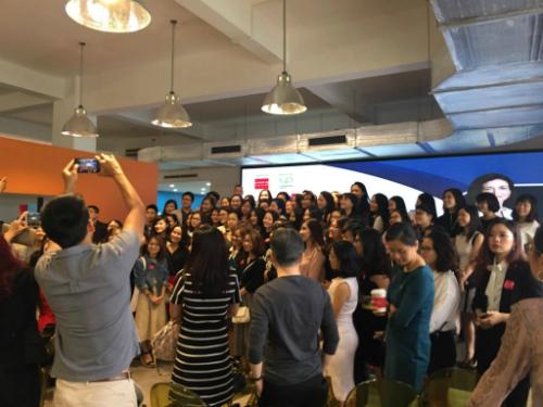 200 bạn trẻ, đa phần là nữ giới đã có dịp giao lưu với nữ tướng nổi tiếng của Facebook.