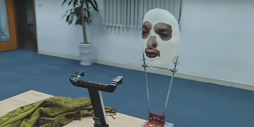 Mặt nạ vượt qua hệ thống Face ID của iPhone X do BKAV chế tạo. Ảnh: Daily Dot