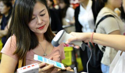 Một khách du lịch Trung Quốc, thanh toán bằng Alipay tại Singapore. Ảnh: Xinhua.