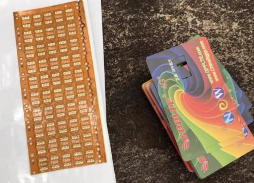 Sim ghép là bảng mạch nhỏ gắn kèm với sim chính nhằm đánh lừa những chiếc iPhone bị khoá mạng khi hoạt động với nhà mạng ở Việt Nam.