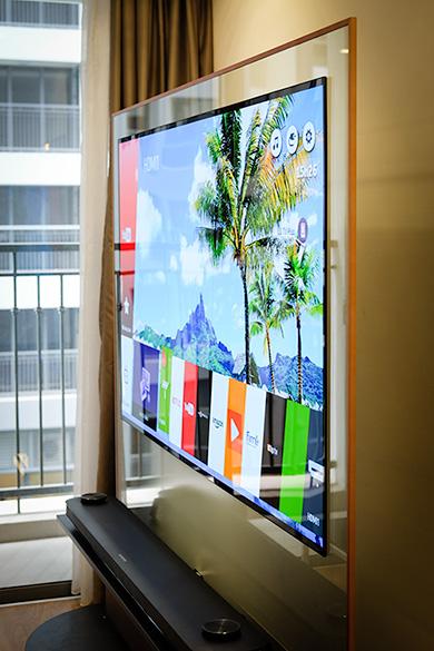 OLED Signature W7 thiết lập chuẩn mực mới về thiết kế TV khi màn hình còn mỏng hơn cả một tấm kính.