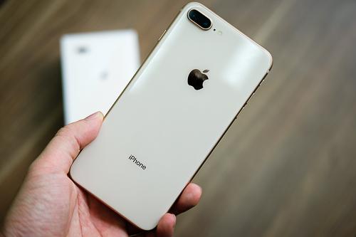 Giá iPhone 8, 8 Plus chính hãng lẫn xách tay đều giảm so với một tháng trước.