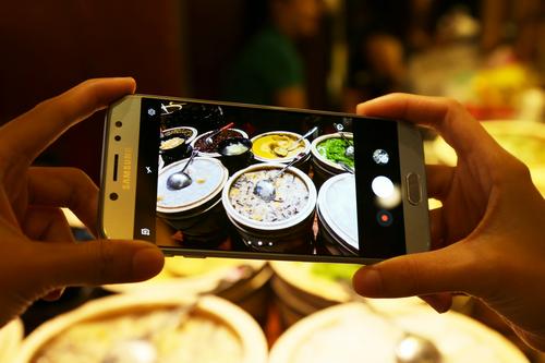 Ưu điểm của khẩu độ lớn f/1.7 trên Galaxy J7 Pro là giúp camera thu nhận được ánh sáng nhiều hơn, giúp nổi bật chủ thể kể cả trong điều kiện phức tạp. Người dùng có thể tận dụng tính năng này giúp ảnh có được sáng, rõ hơn. Bên cạnh đó, khẩu độ ống kính này cũng giúp xóa phông tốt hơn trong đêm.