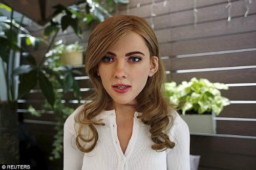 Bản sao trên máy tính của nữ diễn viên Scarlett Johansson, được tạo ra bởi một chuyên gia thiết kế đồ hoạ, có khả năng nháy mắt và cười khúc khích khi mọi người nói với cô ấy rằng cô rất dễ thương.
